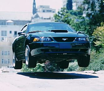 I 2001 fikk Steve McQueens sønn, Chad, gjøre noen av de samme stuntene i forbindelse med lanseringen av datidens Mustang Bullitt.