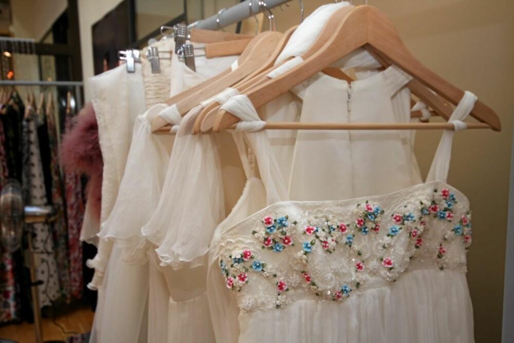 ENKELT: Cecilie Mellis brudekjoler er romantiske og enkle men med utsøkte detaljer.