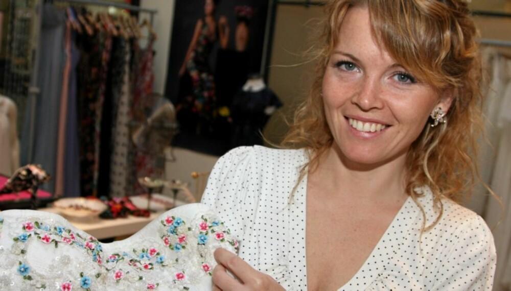 VALGETS KVAL: -Jeg velger meg to kjoler til bryllupet, men er ikke helt sikker på hvilke det blir enda, sier Cecilie Melli.