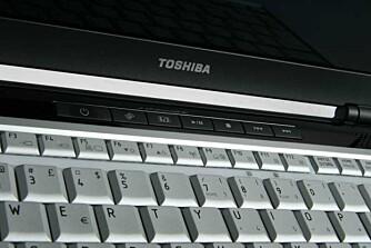 HURTIGKNAPPER: Knapper for medieavspilling er plassert foran tastaturet.