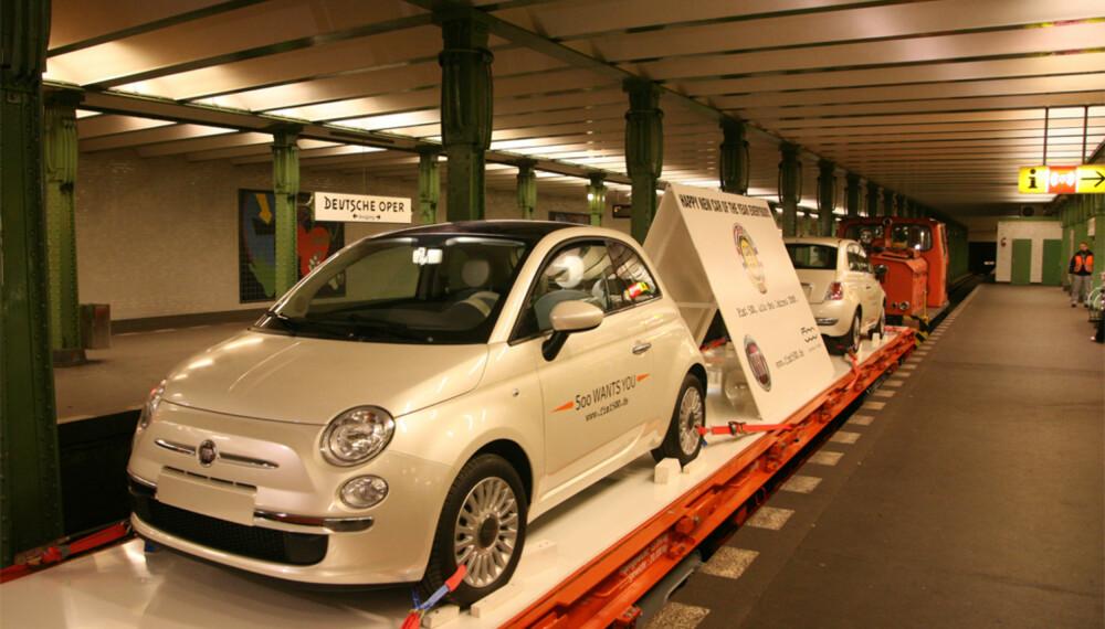 Disse to Fiat 500´ene farter for tiden rundt i Berlins T-banenett. Vi tipper de vekker en smule oppsikt på de 170 stasjonene de passerer hver helg.