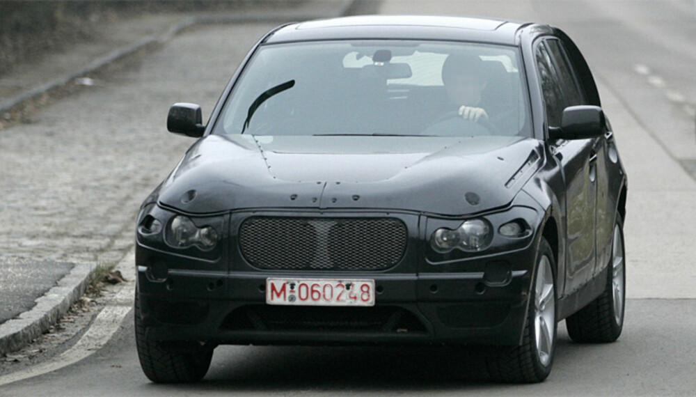 BMW X1 får i stor grad det samme karosseriet som 1-Serie, men høyere bakkeklaring og kraftige beskyttelsesbiter rundt karosseriets nedre deler. Foto: Automedia