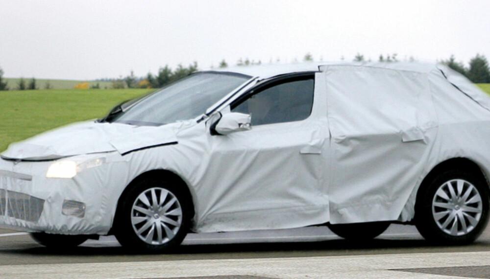 Selv om testbilen er svært godt kamuflert, er våre spionfotografer sikre på at dette er neste generasjon Renault Mégane. Foto: Automedia