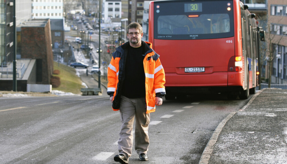Vidar Halvorsen kjører ikke lenger buss, men han jobber med busstrafikk. Fire år etter ulykken hvor to barn ble drept sliter han fortsatt med tragedien ¿ og understreker at det kan skje alle sjåfører, når som helst. Foto: Håkon Bonafede