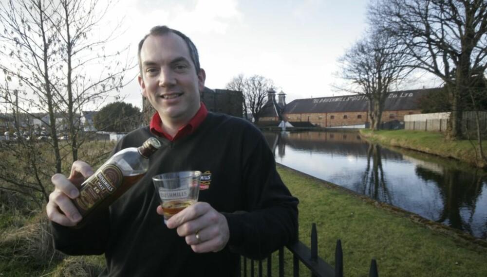 ALT UNDER ET TAK: Collum Egan er stolt over at alle ledd i produksjonen skjer på Bushmills destilleri.