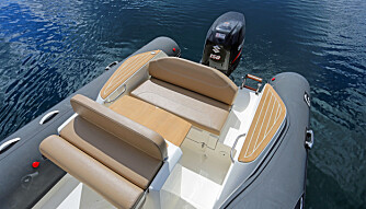 SITTEPLASSER: Stå/sittestol bak konsollen og en liten aktersofa med bord. Gode dollbord med flexiteak til å gå på når du skal ut- og inn av båten (FOTO: Terje Bjørnsen).