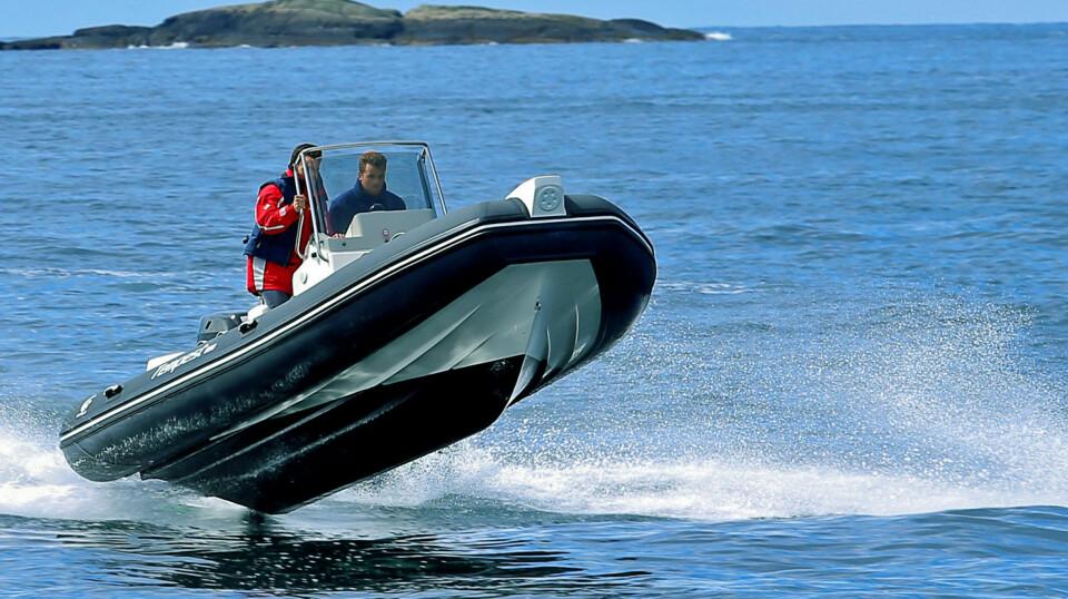 SPREK: Båten tåler å bli kjørt hardt i bølger og takler toppfarten på 43 knop greit (FOTO: Terje Bjørnsen).