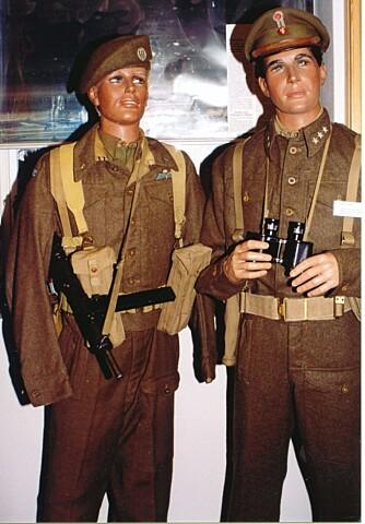 LIVAKTIG: Modellene som William har hengt uniformer på ser så ekte ut at du nesten blir redd for at en av dem skal begynne å snakke til deg.