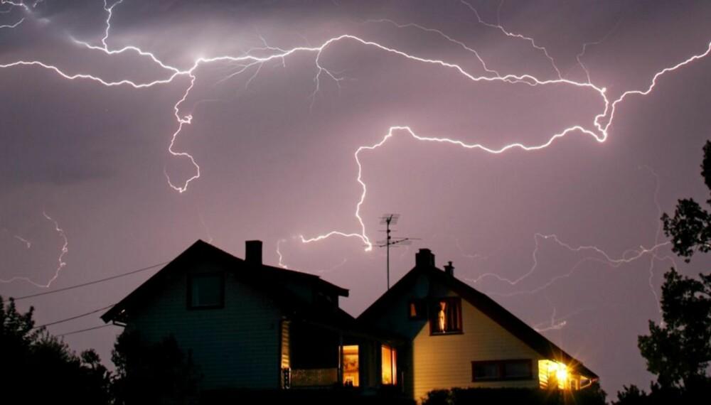 Når det ser slik ut over hustaket ditt, bør du trekke ut kontaktene til alle sårbare elektroniske apparater, som TV, PC, vaskemaskin, fryser og lignende.
