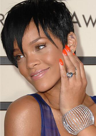 Rihanna smykker seg med ring og armbånd fra Chopard. (Foto: WireImage/All Over Press)
