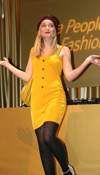 Charlotte Thorstvedt var svært så trendy i sin gule korte kjole, med matchende veske og en øredobber.