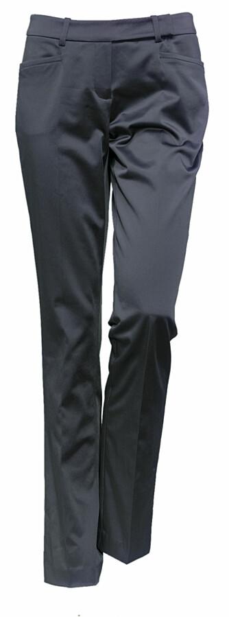 Dressbukse i silkeaktig grått fra Lindex, 299 kroner.