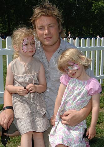 Jamie Oliver med døtrene Poppy og Daisy.