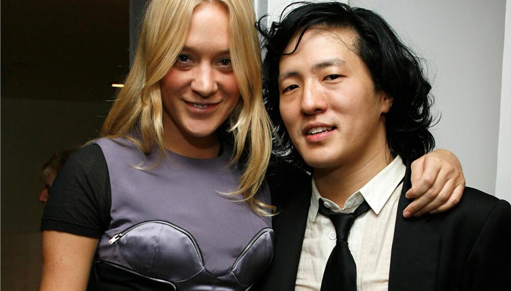 Chloë Sevigny og klesdesigner Benjamin Cho er gode venner, her under Moteuken i New York nå i februar. (Foto: WireImage/All Over Press)