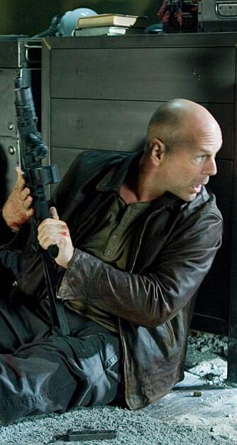 """En helt vanlig arbeidsdag for pol'timannen John McClane, alias Bruce Willis, i """"Die Hard 4.0"""". (Foto: Filmweb)"""