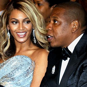 Beyonce er tydelig veldig forelsket i Jay-Z. Her er paret på Grammy-utdelingen. (Foto: WireImage)