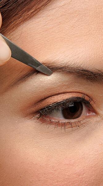 Bløt huden før du napper med pinsetten, så unngår du lettere problemer når håret gror ut igjen. (Foto: iStockphoto)