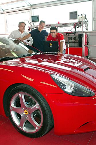 Her jobber Schumacher ¿ sammen med Dario Benuzzi og Raffaele De Simone ¿ med California på Fiorano-testbanen til Ferrari.