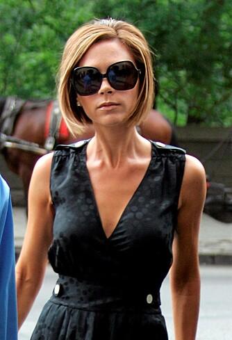VAREMERKE: De mørke solbrillene er blitt et varemerke på Victoria som sjelden forlater huset uten.
