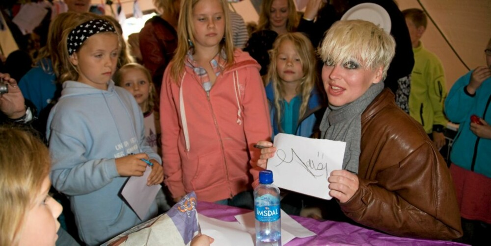 ELSKER FANSEN: Mariann er ydmyk overfor fansen sin, og skriver gledelig autografer.