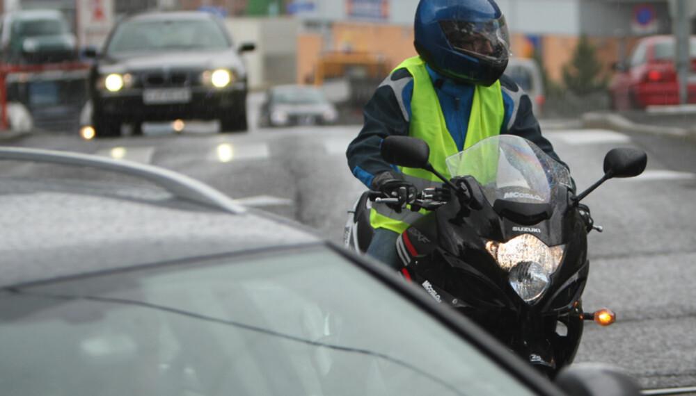 """Nødvendig synlighet: Selv i et komplekst trafikkbilde er det til enhver tid kun en håndfull biler som er farlige for motorsyklisten - og det er de som har mulighet til å krysse din vei. Det er disse du må være synlige for. De som ikke kan skade deg har du heller ingen """"""""nytte"""""""" av at ser deg."""