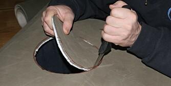 PLATA klipper du først til ved å legge deg på et gulv i den stillingen du bruker under kikkefiske. Lag en tusjring rundt et lite kjelelokk, og skjær ut hullet med en skarp kniv.