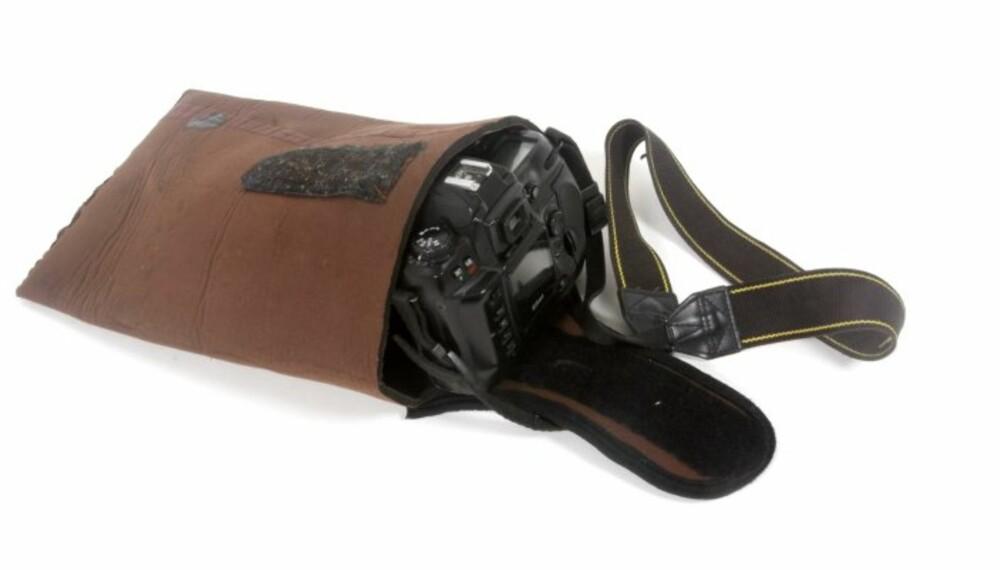 KAMERAPOSEN er ferdig. Her er en avklippet del fra et bein benyttet, noe som innebærer at du har en pose bare ved å sy en søm nederst. På denne buksa var skulderstroppene i neopren og hadde borrelåsfeste. Dermed var det greit å få til klaff på posen.