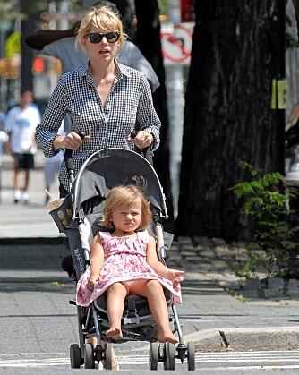 PAPPAJENTE: Matilda er prikk lik pappa Heath Ledger. Her trilles hun av mamma Michelle Williams.