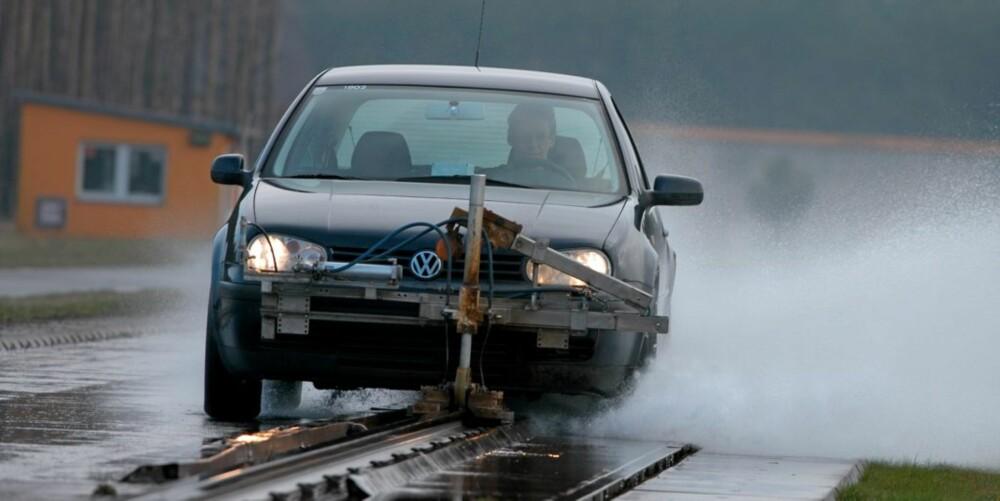 DÅRLIGE EGENSKAPER: I forhold til sommerdekk har enkelte vinterdekk katastrofalt dårlige bremseegenskaper på våt asfalt. Vi snakker om opp til 30 prosent lengre bremsestrekning enn for et sommerdekk.