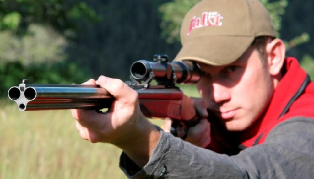 FARLIG Å PEKE: Våpenet skal aldri rettes mot noe annet vesen enn det jegeren vet er lovlig vilt. (Foto: Jørund Lien)