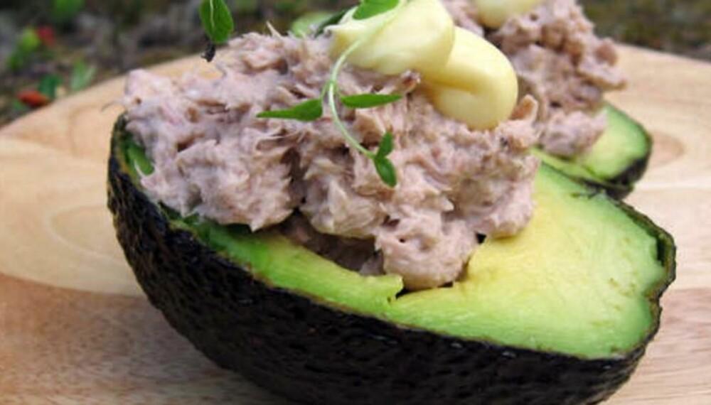 GOURMETMAT I DET FRI: En avokado, litt tunfisk og en klatt majones – noe mer skal ikke til for å servere noen delikate munnfuller. (Foto: Jan Pedersen)
