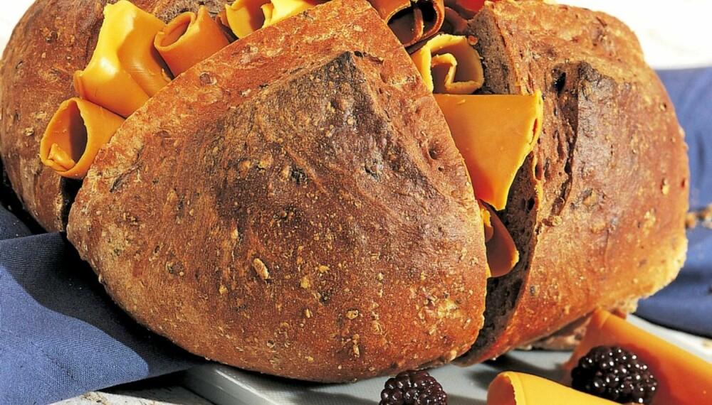 Bak et brød med blåbær, bjørnebær og tyttebær. Bærene beskytter mot urinveisinfeksjon og kreft og bedrer synet.