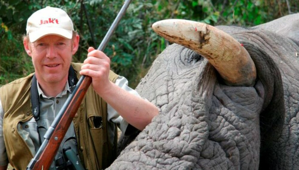 JAKTs våpenekspert Jørund Lien med felt elefant og rifle i .375 Holland & Holland.