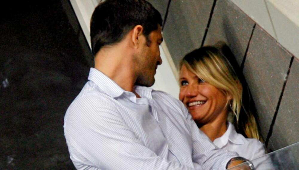 KJÆRLIG BLIKK: Cameron Diaz gir kjæresten Paul Sculfor et kjærlig blikk.