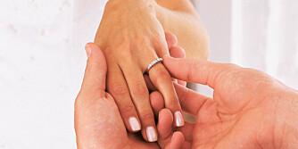 SEREMONISLUTT: Etter at ringene er satt på, følger brudefølget brudeparet ned kirkegulvet.