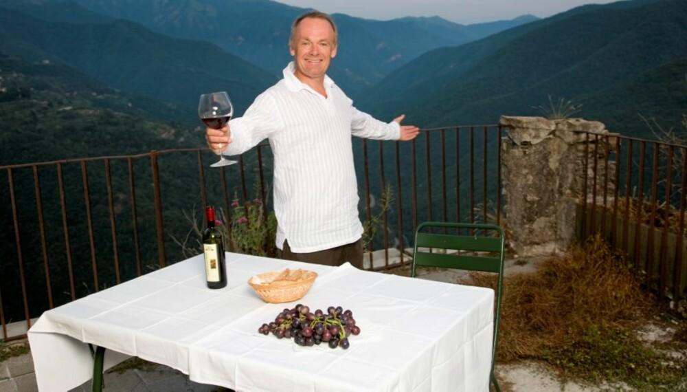 VELKOMMEN: Per Christian Ellefsen har kjøpt den tidligere dommerboligen Palozzo Capponi i Nord-Italia. Fra takterrassen kan han skue utover de storslåtte fjellene.