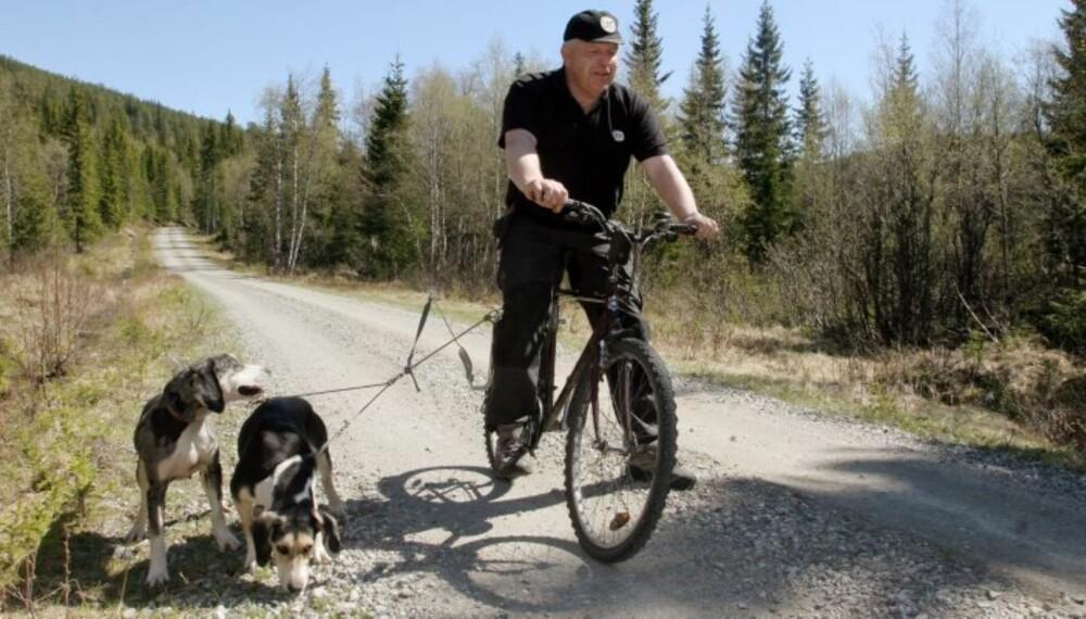 SYKKELTUR: Både hund og eier får god mosjon. (Foto: Bjørn Brendbakken)