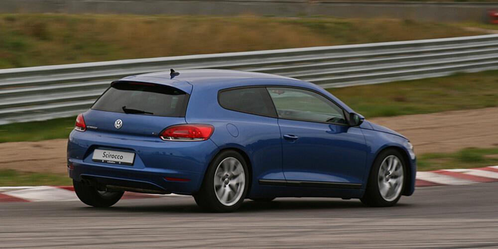 Scirocco er et morsomt konsept og definitivt underholdende å kjøre, men noen sportsbil er den dessverre ikke.