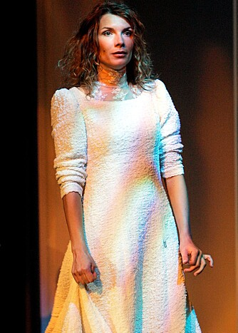 """MANGE BALER I LUFTEN: Selv om det er lenge siden Herborg har gitt ut plate, har hun vært veldig opptatt på annet hold. Her fra Knut Hamsuns """"Victoria"""" på Oslo Nye i 2004."""