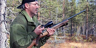 jeger i kamo med rifle