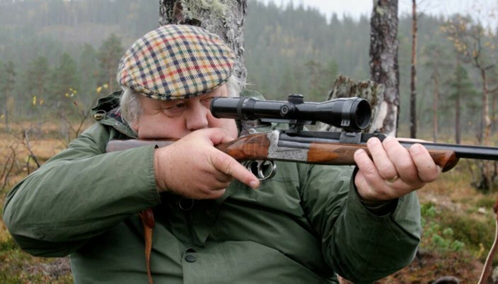 STORVILTJEGER på post med rifle. (Foto: Bjørn Brendbakken)