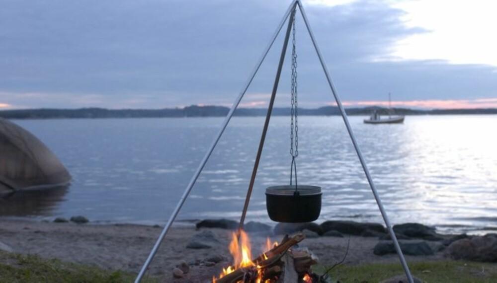 KJEMPEGODT: En kjele, et bål, noen blåskjell og litt krydder. Det er alt som skal til for å sette gourmetpreg på sommernatta. (Foto: Yngve Ask)