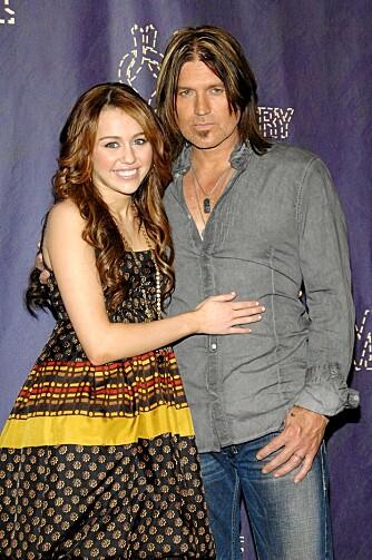 """IRRITERER: Miley og faren Billy Ray Cyrus skal ikke ha vært veldig popluære på settet til """"Hannah Montana""""."""