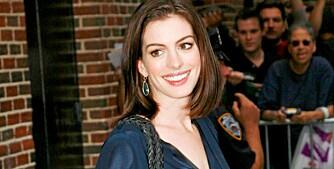 STRÅLENDE FORNØYD: Anne Hathaway stråler om dagen. Både karrieren og privatlivet ser ut til å gå veldig bra.