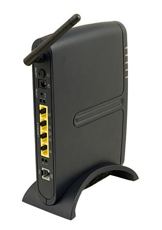 HJEMMERUTER: Dette er gjerne første ruter en hjemme-PC møter. Det er en vanlig ADSL-ruter. Den tar imot pakker fra det interne nettet og sender det til første eksterne ruter.