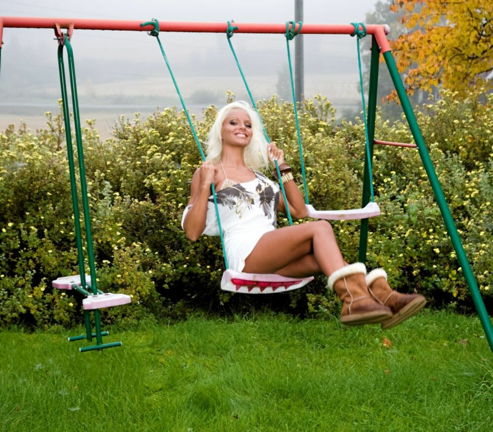 HUSKER DU?: Cathrine lar ikke en hustrig høstdag stå i veien for et stilfullt og modellriktig antrekk.