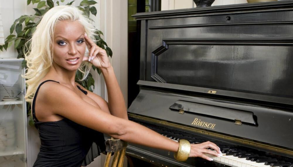 TAR DET PIANO: Glamourmodell Cathrine Aschim bor alene på Brandbu etter at kjærligheten smuldret bort.