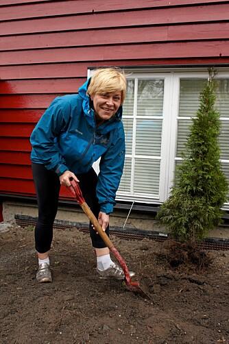 SIV I HAGEN: Siv Jensen liker å arbeide med busker og blomster uten i hagen. - Ikke for mye, men litt luking er bare koselig.