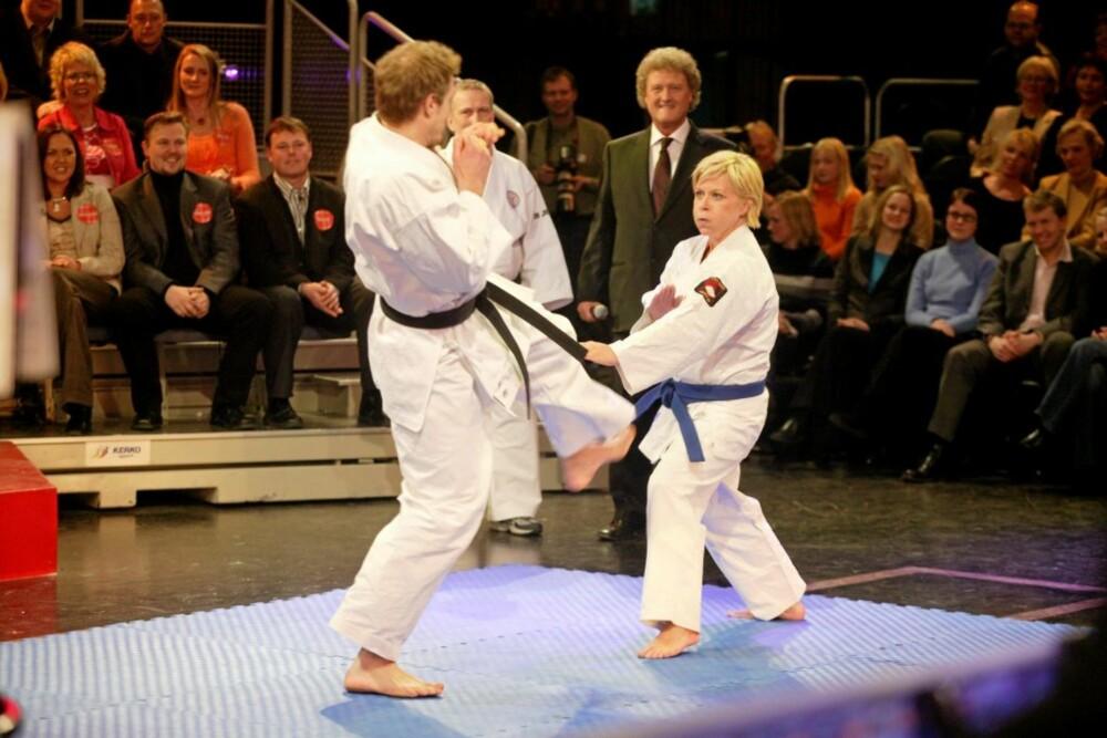 TØFF: Siv er ekspert i jiu-jitsu, og en ganske kvass dame å bryne seg på. Det fikk komiker og allsangleder Tommy Steine erfare under Den store klassefesten.