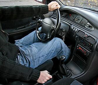 Jada - venstre hånd øverst på rattet og høyre på håndbrekket.